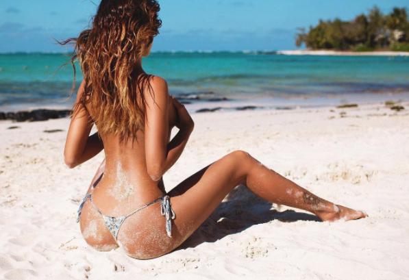 Девушка Полуобнаженная На Пляже